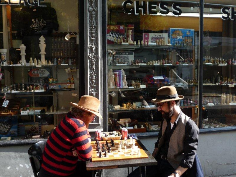Zocken vorm Village Chess Shop